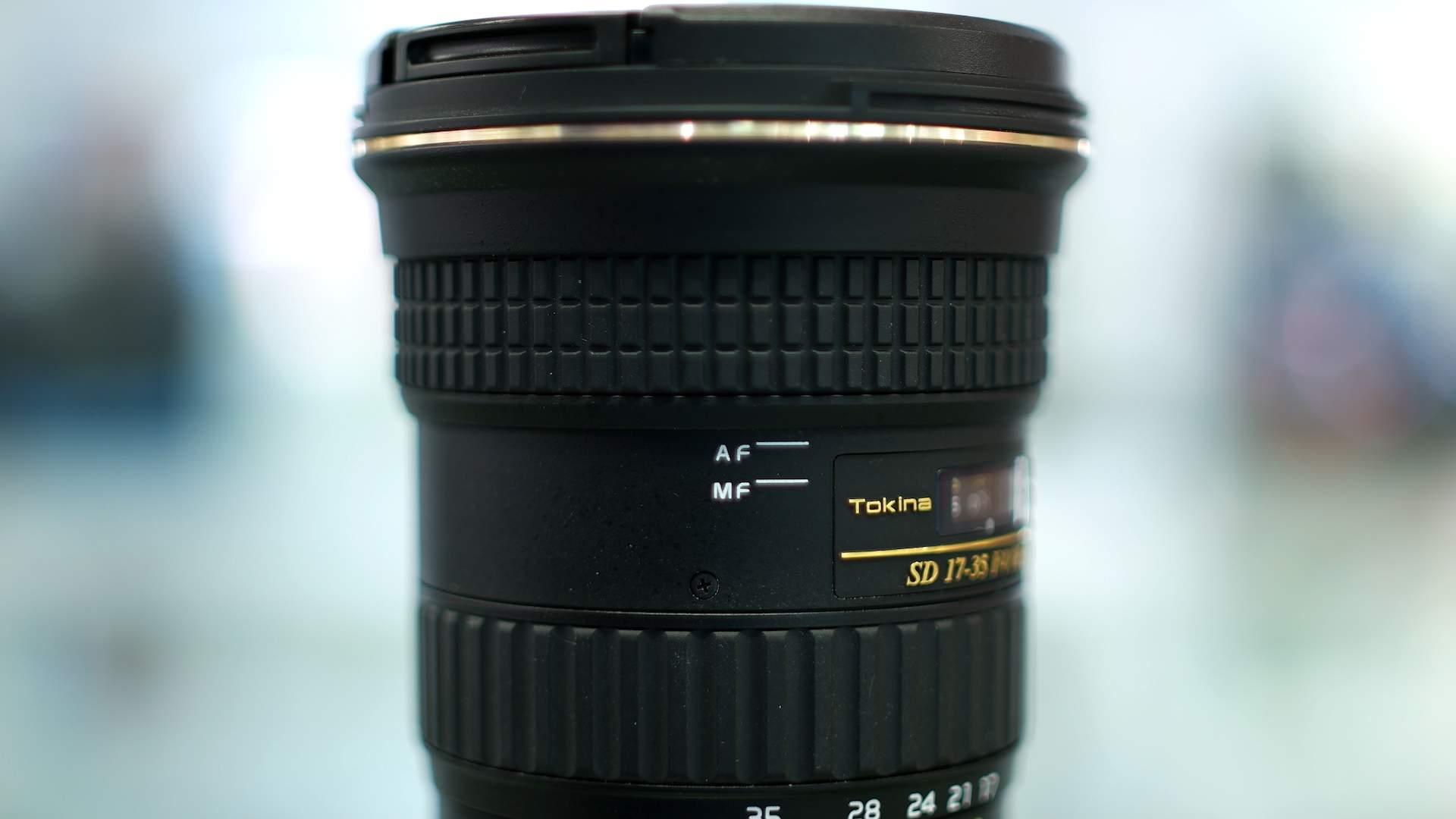 Dettaglio ghiera switch obiettivo Tokina 17-35mm f4 Pro FX