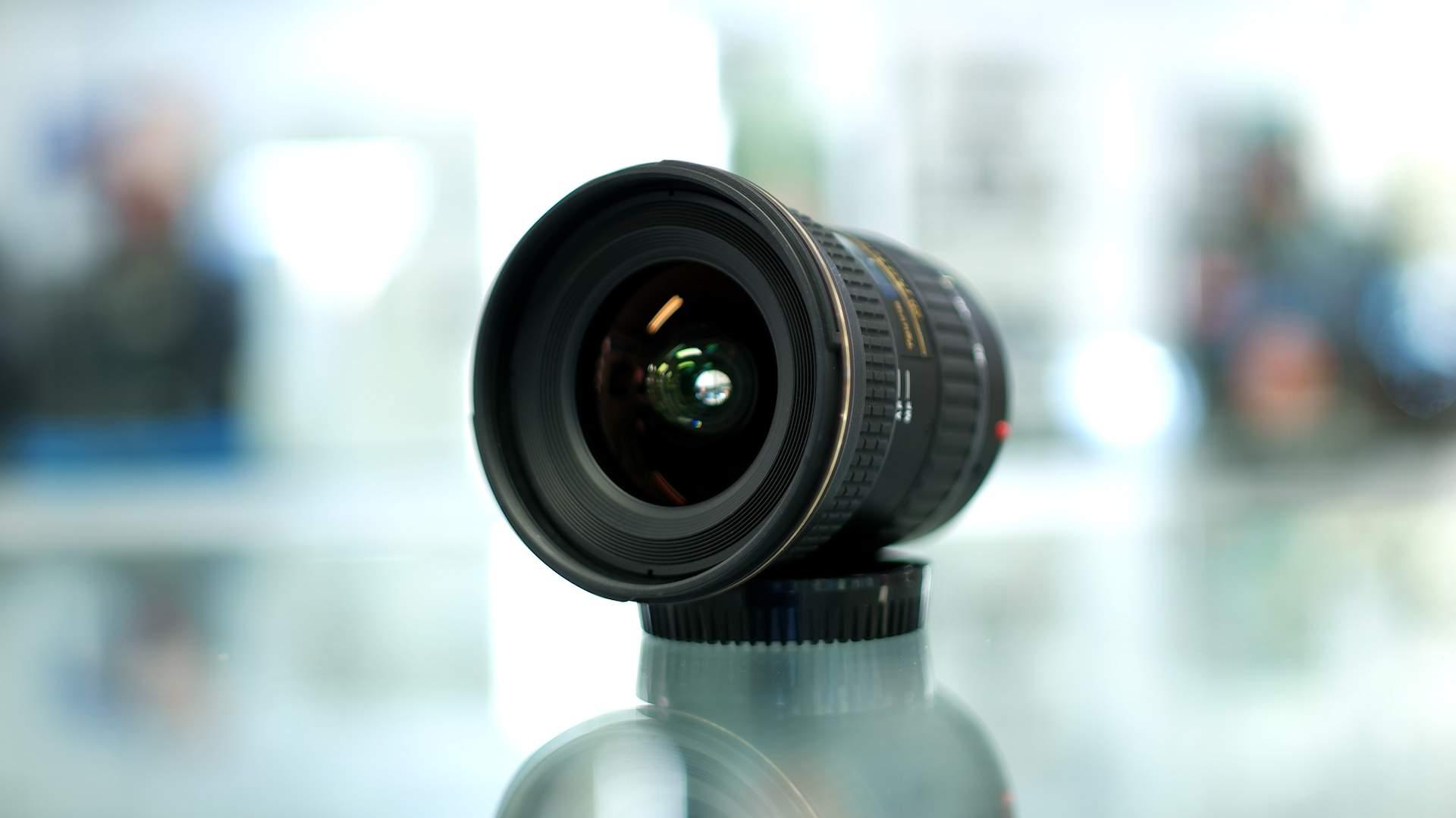 Dettaglio parte frontale obiettivo Tokina 17-35mm f4 Pro FX